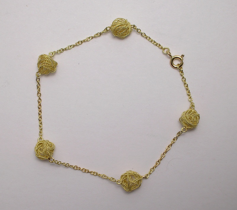 Gold filigree bracelet ´balls of yarn´